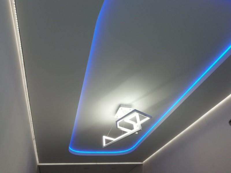 Двухуровневый натяжной потолок с диодной лентой