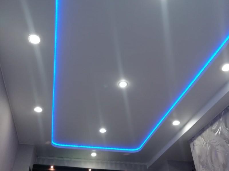 Натяжной потолок с диодной лентой